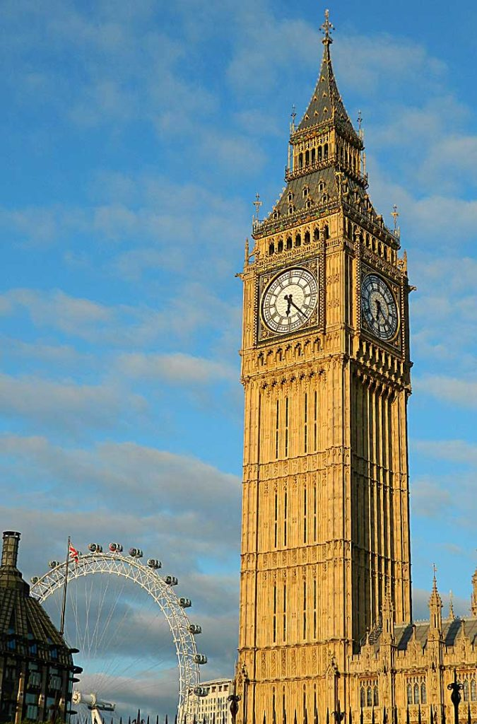 Elizabeth Tower, que abriga o sino Big Ben, com a London Eye ao fundo
